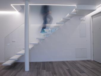 Kragarmtreppe in Weiß