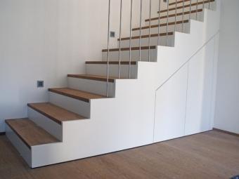Rivestimento scale di colore bianco