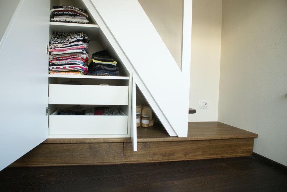 Treppe mit Unterschrank