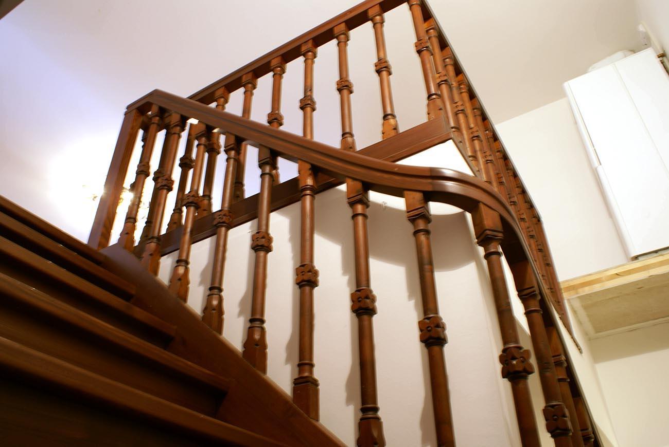 Treppe mit antikem Geländer