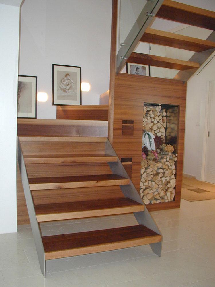 Stiege mit Brennholzablage Gröden Südtirol Architektin Mitterhofer Beate